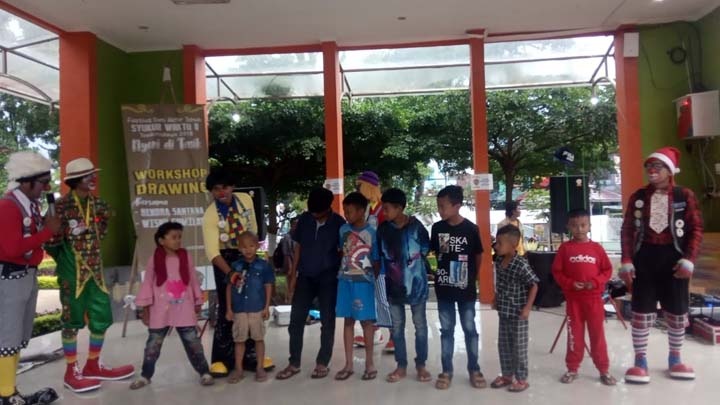 Koropak.co.id - Atraksi Badut Tasik Ajak Masyarakat Ceria di Syukur Waktu 8