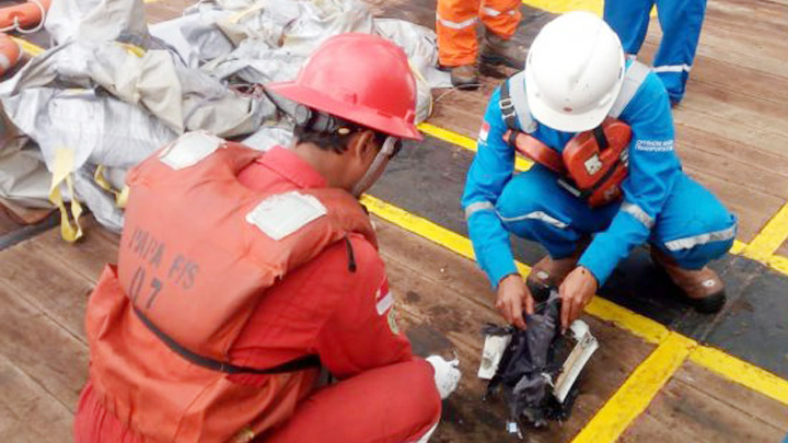 Koropak.co.id - Basarnas Temukan Puing Pesawat Lion Air JT 610 (1)