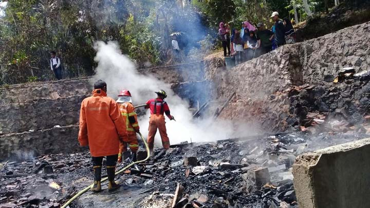 Koropak.co.id - Belasan Kobong Pesantren di Tasikmalaya Ludes Terbakar