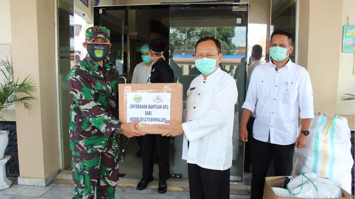 Koropak.co.id - Dandim 0612 Tasikmalaya Serahkan Bantuan APD Ke RSUD dr Soekardjo Dan RSUD SMC