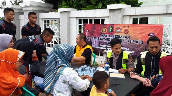 Koropak.co.id - Delapan Polisi Diterjunkan Untuk Obati Warga (2)