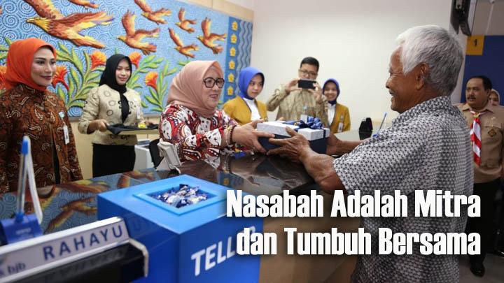 Koropak.co.id - Di Hari Pelanggan Nasional, Direksi Bank BJB Sambut Nasabah 1