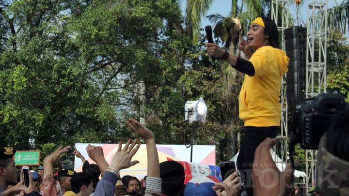 Koropak.co.id - Di Karnaval SCTV, Fans Setia Band Buatkan Masakan Favorit Charly (3)