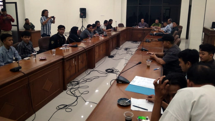 Koropak.co.id - DPRD Kota Tasikmalaya menanggapi audiensi massa dari Lembaga Swadaya Masyarakat (LSM) Peradaban Demokrasi Indonesia (PADI), Jaringan Masyarakat Anti Korupsi (Jamak), Komunikasi Peduli Anak Bangsa (KPAB), dan Badan Komunikasi Pemuda Remaja Masjid Indonesia (BKPRMI), pada Kamis (5/7/2018) yang mempertanyakan janji Komisi I dan III DPRD Kota Tasikmalaya untuk memanggil Walikota Tasikmalaya, Drs. H. Budi Budiman.