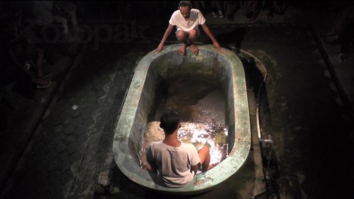 Fermentasi Hujan dalam Sepatu Bawa Pesan Mendalam