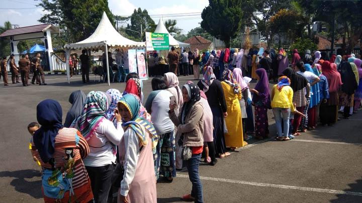 Koropak.co.id - Harga Sembako Anjlok, Warga Serbu Kejari Tasikmalaya (2)