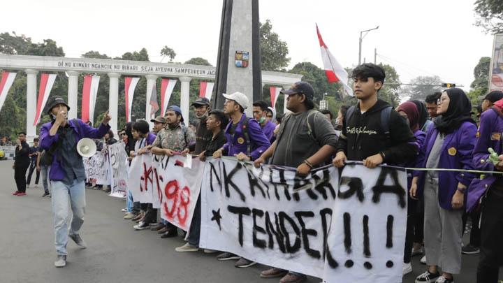Koropak.co.id - Heboh! Beredar Video Polisi Pukuli Mahasiswa Saat Demo (2)