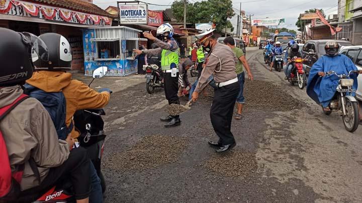 Koropak.co.id - Hindari Jalan Berlubang, Pengendara Macetkan Jalan Garut-Kota Tasikmalaya (2)