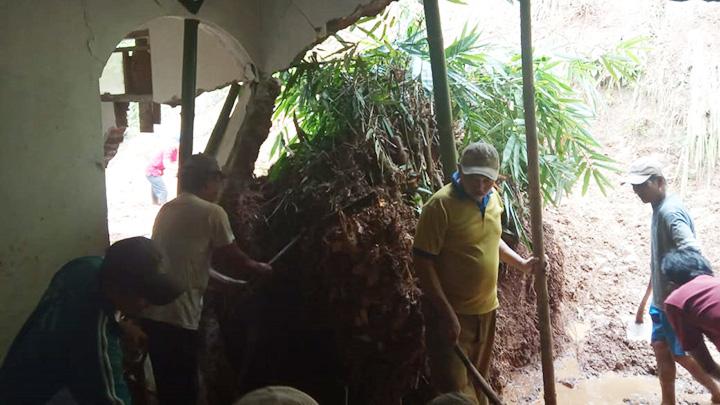 Koropak.co.id - Hujan Lebat Sebabkan Tanah Longsor Di Ciamis (2)