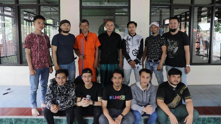 Koropak.co.id - Inspiratif! Kawula Muda Kota Tasikmalaya Bersih-Bersih Masjid (2)
