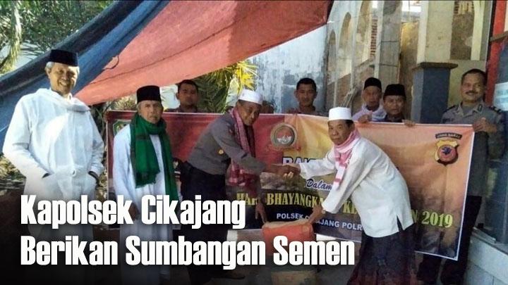 Koropak.co.id - Jelang HUT Bhayangkara ke-73, Polisi Bersih-Bersih Masjid (1)