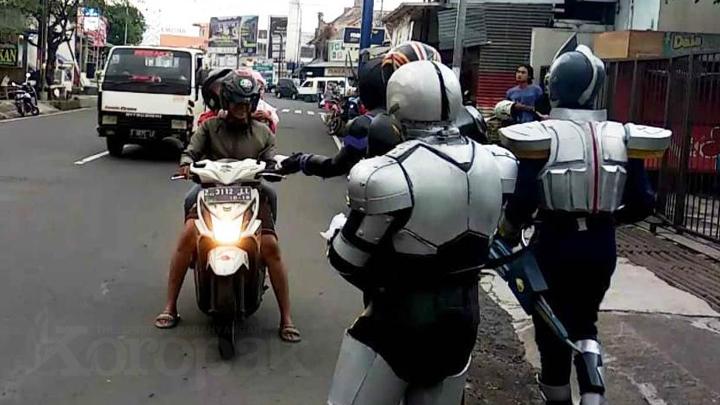 Keren, Kamen Rider Bagikan Takjil