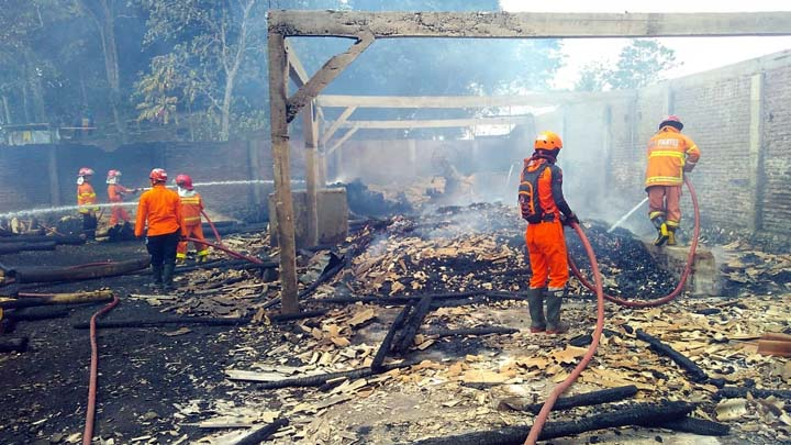 Koropak.co.id - Kembali Terjadi, Pabrik Kayu di Tasikmalaya Ludes Terbakar (2)