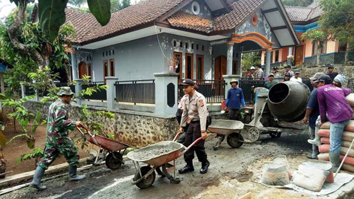 Koropak.co.id - Koramil Kawali Tingkatkan Mutu Jalan Penghubung 2 Desa (3)