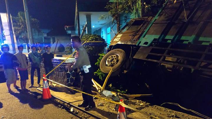 Koropak.co.id - Kurang Konsentrasi, Truk Tronton di Kota Tasikmalaya Terperosok 2