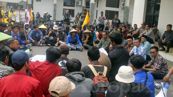 Koropak.co.id - Lahan Pertanian Kian Sempit, Mahasiswa Gelar Aksi Protes ke Dewan