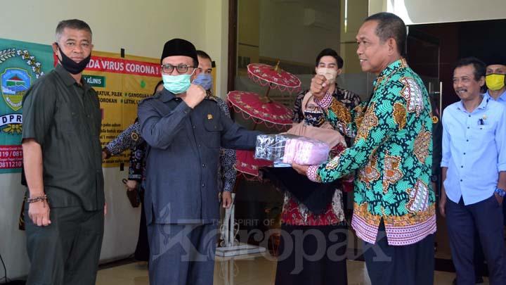 Koropak.co.id - Lewat DPRD Peduli, Dewan Salurkan Bantuan Masker dan Spanduk