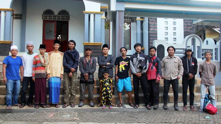 Relawan LJSK Cat Kubah dan Menara Masjid