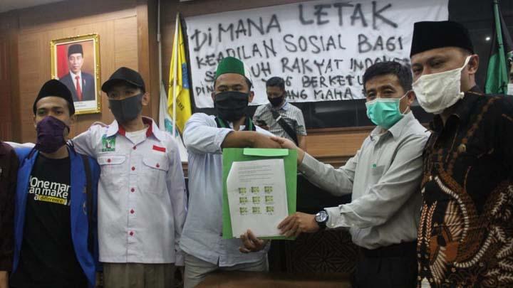 Koropak.co.id - Mahasiswa Kota Tasikmalaya Geruduk Gedung Dewan Dan Gelar Sidang Rakyat