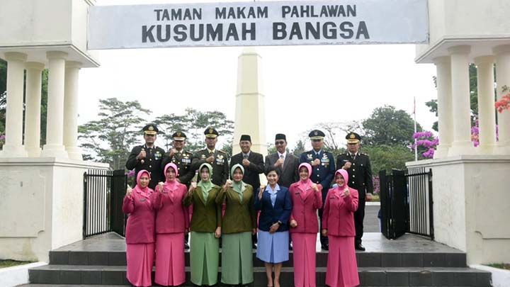 Koropak.co.id - Memperingati HUT TNI Ke-74 Dengan Ziarah ke Makam Pahlawan (3)