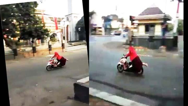 Koropak.co.id - Mirip Stuntman, Emak-Emak Ini Atraksi di Atas Motor (4)