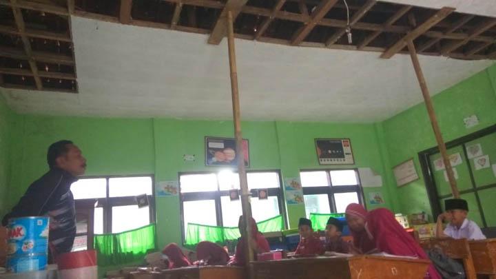 Koropak.co.id - Miris, Di Tasikmalaya Siswa Belajar Di Ruang Kelas Nyaris Ambruk