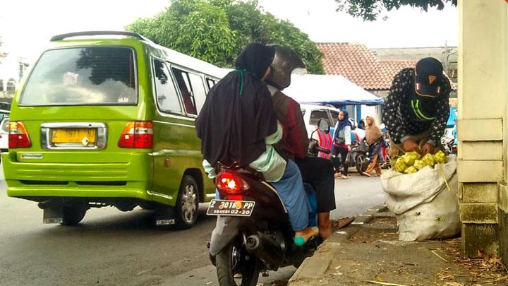 Koropak.co.id - Omset Penjualan Kurung Ketupat di Singaparna Menurun (2)