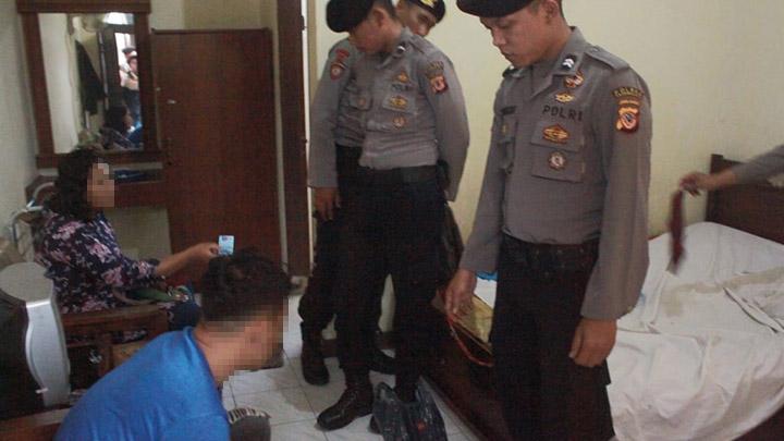 Koropak.co.id - Pasangan Mesum Digrebeg Di Kamar Hotel Melati (2)