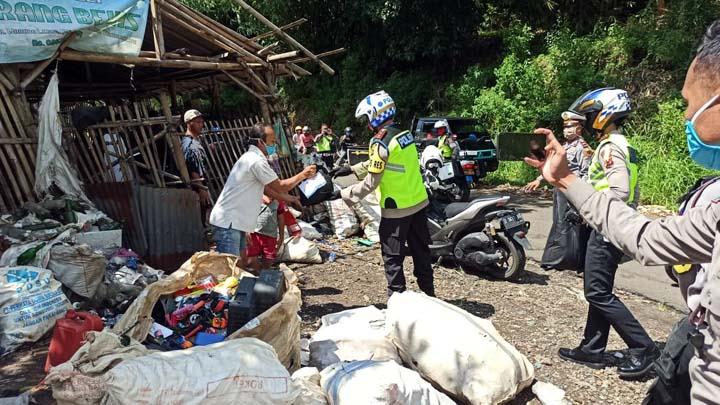 Koropak.co.id - Peduli Dampak Corona, Polisi Bidik Warga Pemulung di TPA