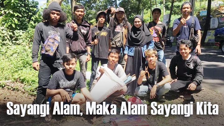 Koropak.co.id - Pemuda Ciamis Cabut Paku di Pohon (2)