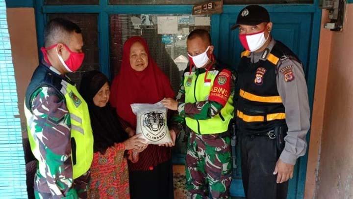 Koropak.co.id - Polisi dan TNI Bagikan Beras Untuk Warga Tasikmalaya Terdampak Covid-19