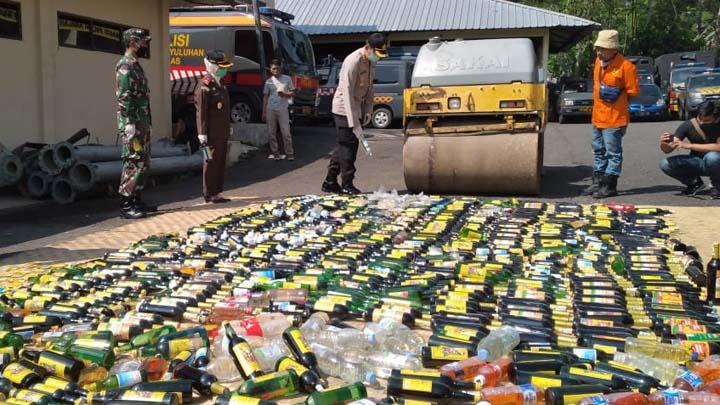 Koropak.co.id - Polres Tasikmalaya Musnahkan Ribuan Miras Kemasan Botol