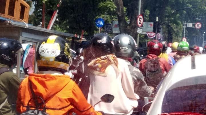Koropak.co.id - Rayakan HUT RI di Jalan, Sejumlah Ruas Jalan di Bandung Macet Parah