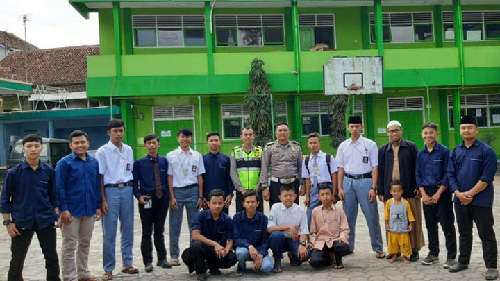 Koropak.co.id - Sambangi Pesantren, Polisi Sosialisasikan UU Lalu Lintas (3)