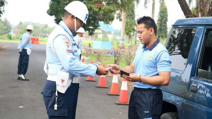 Koropak.co.id - Satpom Lanud Wiriadinata Periksa Kendaraan Anggota (2)
