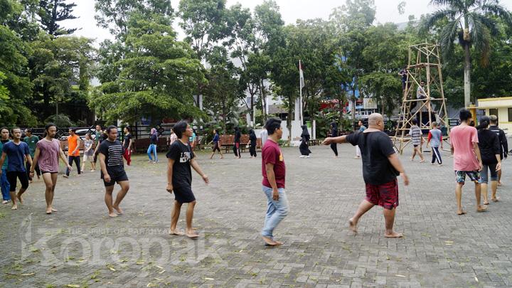 Koropak.co.id - Teater Payung Hitam Berikan Workshop Olah Tubuh  (2)
