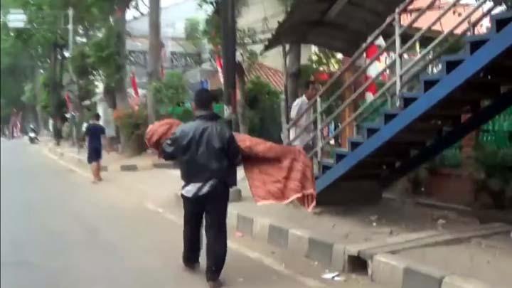 Koropak.co.id - Tragis! Pria Ini Jalan Kaki Gotong Jenazah Anaknya (2)