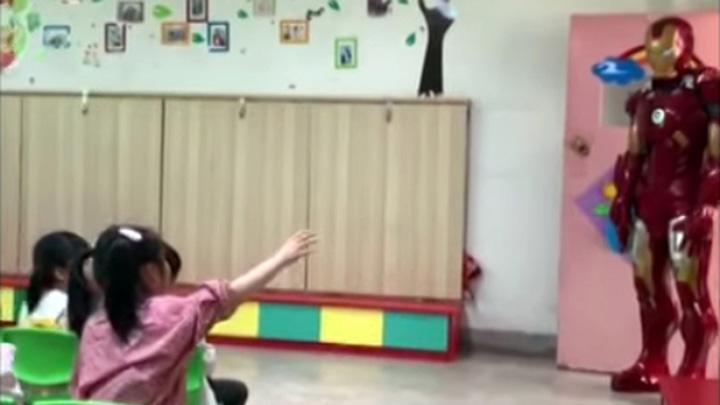 Koropak.co.id - Viral, Iron Man Masuk Sekolah di Tiongkok (2)