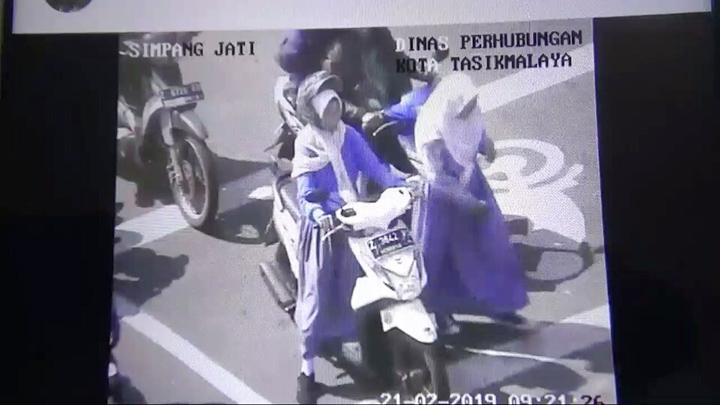Koropak.co.id - Viral, Tak Gunakan Helm, Penumpang Disuruh Turun (2)