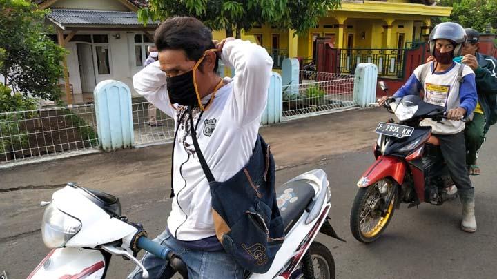 Pemuda Karang Taruna Desa Tanjungkerta Gelar Aksi Bagi-Bagi Masker