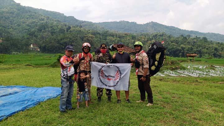 Penerbang Paralayang Kabupaten Tasikmalaya Kibarkan Merah Putih di Angkasa