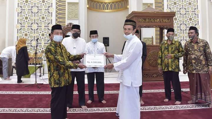 Plt Bupati Tasikmalaya Serahkan Bantuan Keagamaan Untuk Pondok Pesantren (2)