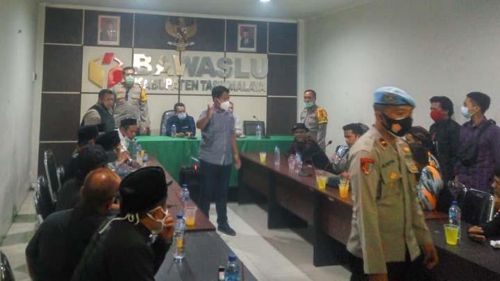 Tiga Anggota Polisi Terluka Saat Aksi Massa Tuntut Ade-Cecep Didiskualifikasi (2)