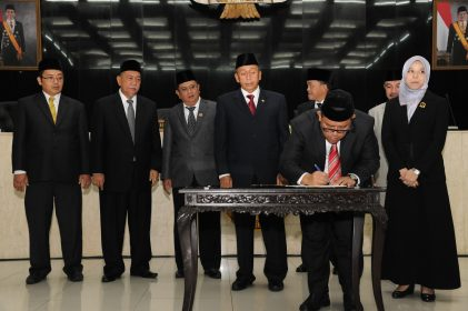 Penandatanganan opini WTP oleh Gubernur Jawa Barat, Ahmad Heryawan.